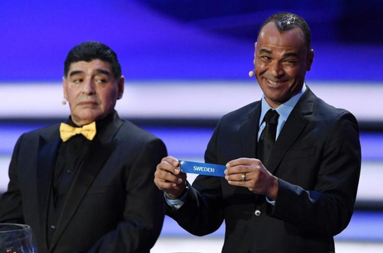Maradona e Cafu participaram do sorteio da Copa - Foto: Kirill Kudyavtsev | AFP