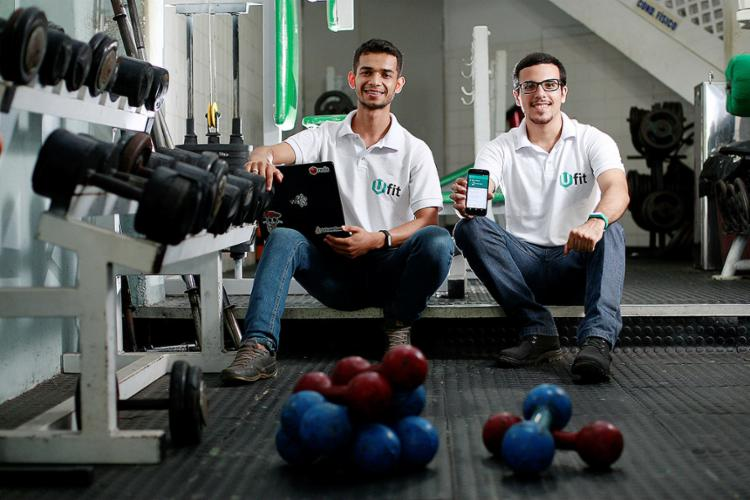 Joaldino e Leonardo estão desenvolvendo o projeto Ufit, aplicativo que permite ao usuário malhar em qualquer academia parceira - Foto: Raul Spinassé l Ag. A TARDE