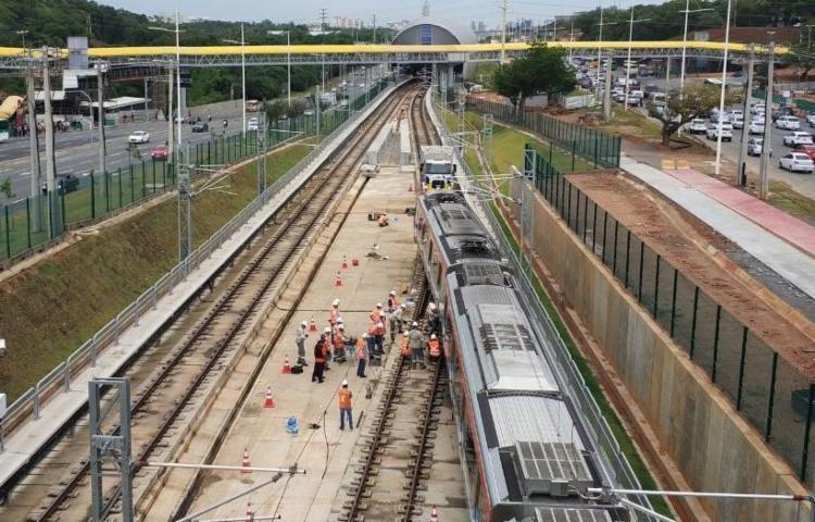 O veículo foi removido para o estacionamento de trens - Foto: Raul Spinassé | Ag. A TARDE