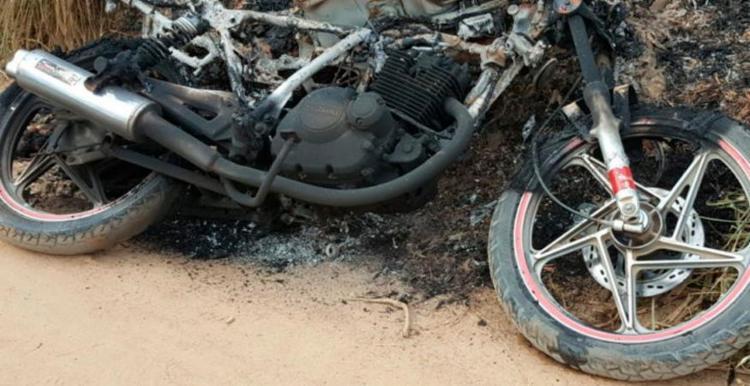 A vítima estava presa ao veículo com arames - Foto: Divulgação | Blog do Jorge Amorim