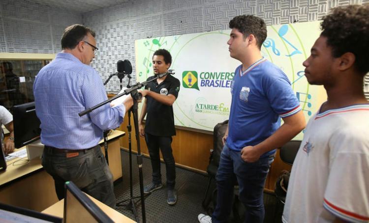 Sérgio Carneiro (de preto) é entrevistado na rádio, ao lado de Thiago e Matheus - Foto: Joá Souza | Ag. A TARDE