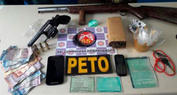 Material apreendido com os suspeitos dentro de uma casa - Foto: Divulgação | PM-BA