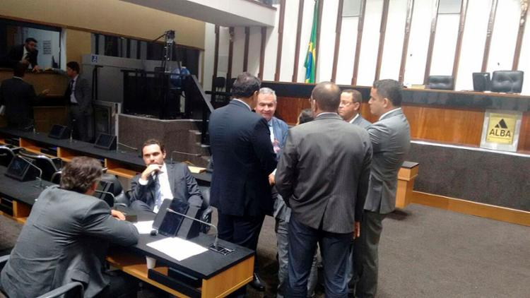 Coronel conversa com deputados da oposição, após base debandar do plenário - Foto: Regina Bochicchio l Ag. A TARDE