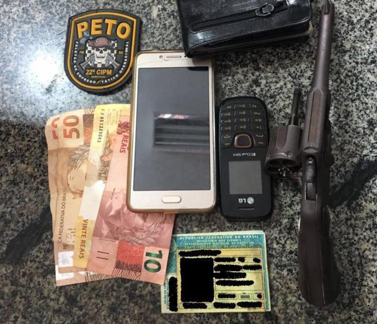 Além da arma, foram encontrados com a dupla dois celulares e uma quantia em dinheiro - Foto: Divulgação   SSP