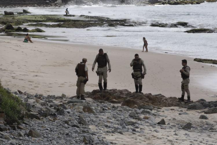 Corpo está na faixa de areia entre o Clube Espanhol e o Cristo da Barra - Foto: Luciano da Matta | Ag. A TARDE