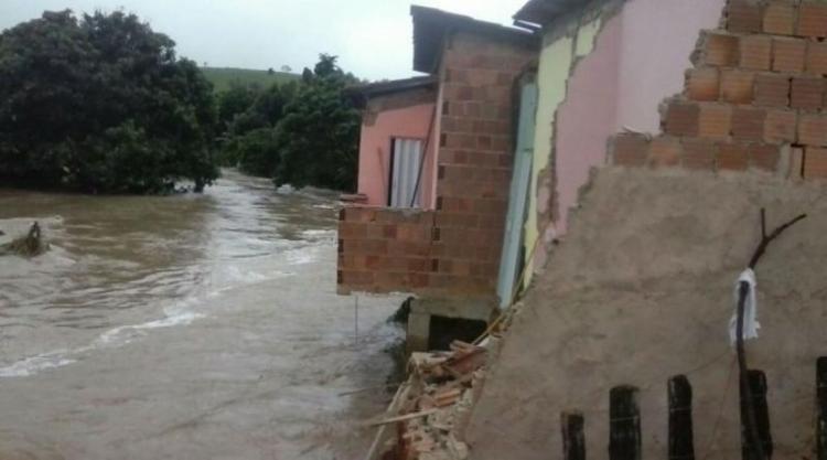 Casas desabaram e famílias ficaram desalojadas por conta das chuvas - Foto: Divulgação | Guarananet.com
