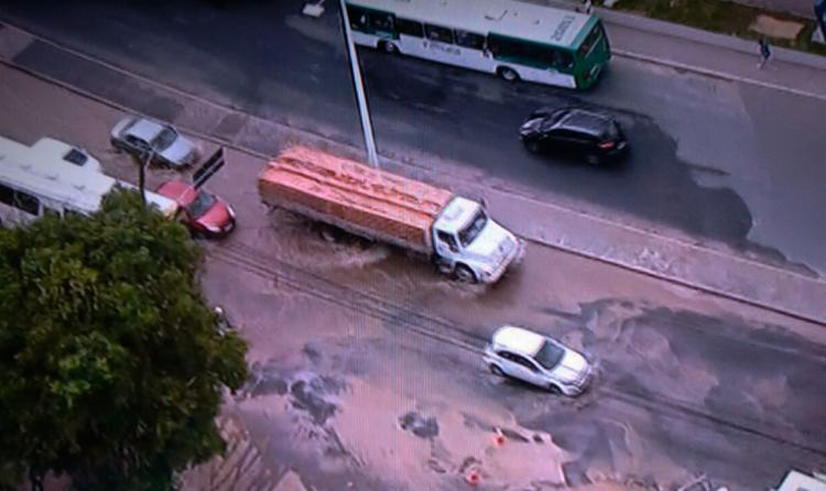 O vazamento acontece nas imediações do posto de gasolina Cruz, sentido Retiro - Foto: Reprodução | TV Record