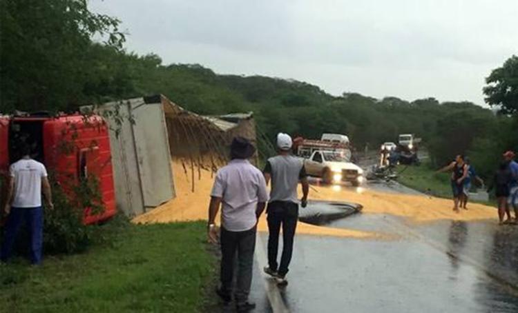 Carreta que transportava grãos tombou e foi parar no acostamento na rodovia - Foto: Reprodução | Blog do Marcelo