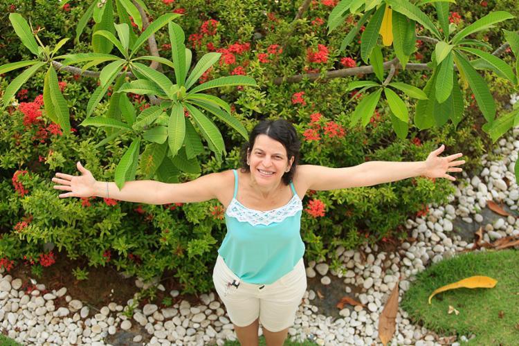 A síndica Elaine Graziela considera importante a conscientização dos moradores para manter as plantas bonitas e saudáveis - Foto: Alessandra Lori l Ag. A TARDE