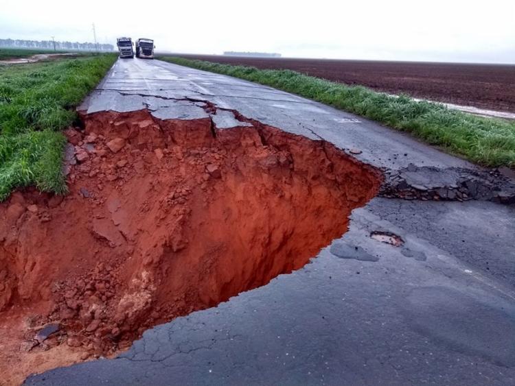 Para escapar do buraco, motoristas utilizam desvio que torna caminho mais longo - Foto: Diego Vicenzi l Divulgação