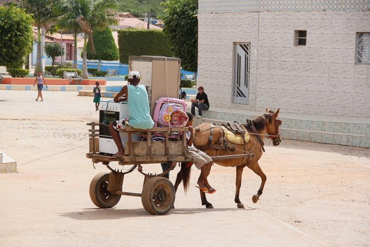 Moradores transitam de carroça no centro de Novo Triunfo, no nordeste baiano - Foto: Joá Souza l Ag. A TARDE l 29.5.2014