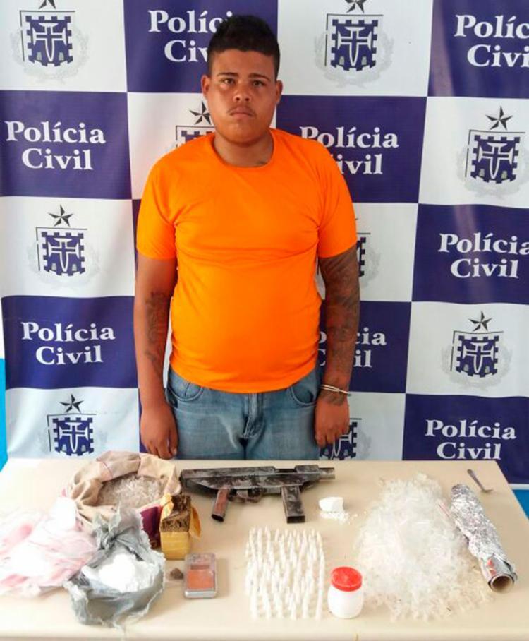 A arma estava escondida debaixo de um colchão na casa onde o suspeito morava - Foto: Ed Santos | Acorda Cidade | Reprodução