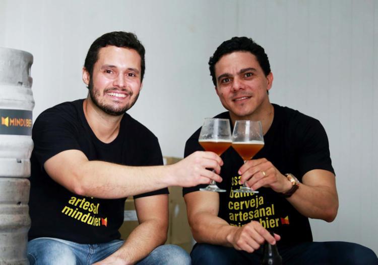Os sócios Gustavo Martins e Eduardo Almeida comemoram os resultados da cervejaria MinduBier - Foto: Adilton Venegeroles | Ag. A TARDE