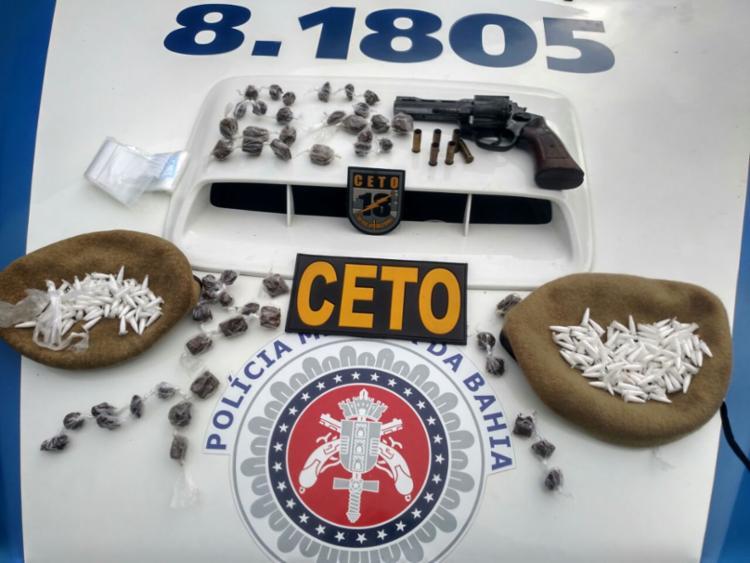 A polícia apreendeu 236 pinos de cocaína, 49 trouxas de maconha e um revólver calibre 38. - Foto: Divulgação   SSP
