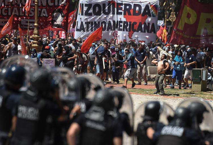 Forças armadas argentinas contêm manifestantes nos arredores do Congresso em Buenos Aires - Foto: Eitan Abramovich l AFP