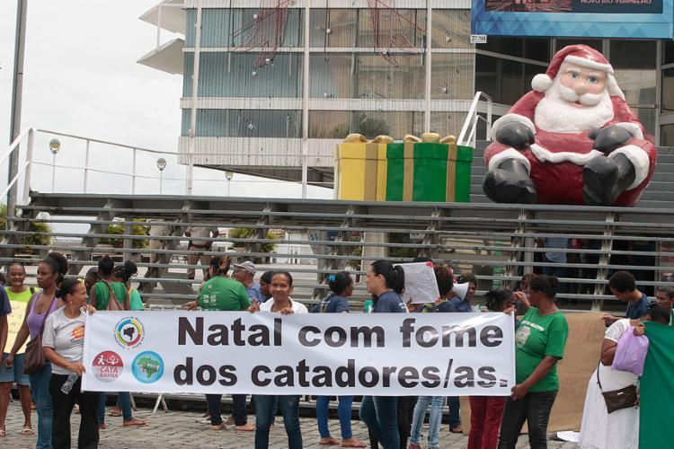 O grupo percorreu as ruas do centro da cidade até a sede da prefeitura, na praça Thomé de Souza - Foto: Luciano da Matta | Ag. A TARDE