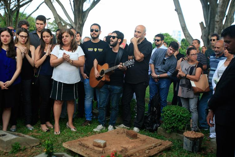 Parentes, amigos e fãs cantaram a música Let It Be, dos Beatles, durante sepultamento do guitarrista baiano - Foto: Alessandra Lori l Ag. A TARDE