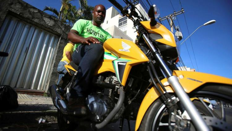 O mototaxista Cláudio Silva precisou comprar um novo veículo para se credenciar - Foto: Joá Souza | Ag. A TARDE