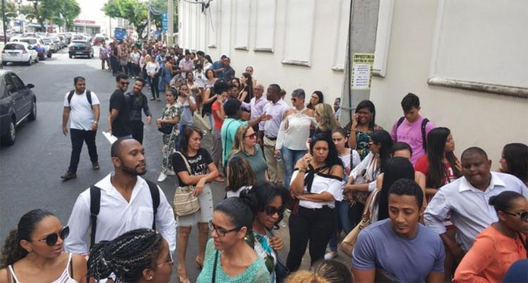 Interessados formam fila para receber senha para júri de Kátia Vargas - Foto: Raul Spinassé | Ag. A TARDE