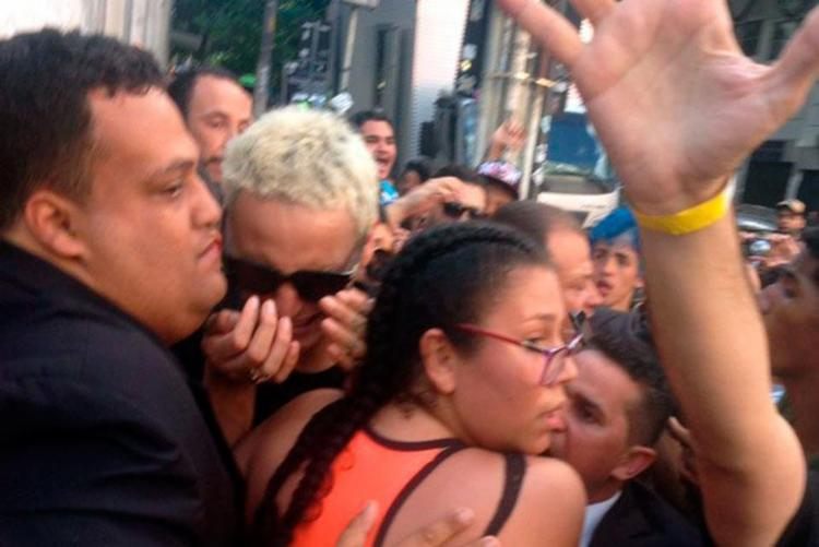 Os fãs puxavam, agarravam e chegaram a machucar Pabllo - Foto: Divulgação