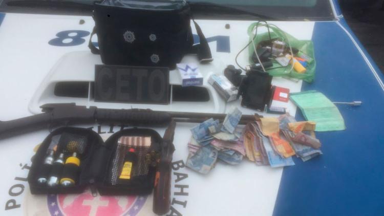 Uma carabina, um revólver, oito celulares e um documento de uma motocicleta foram apreendidos - Foto: Divulgação | SSP-BA