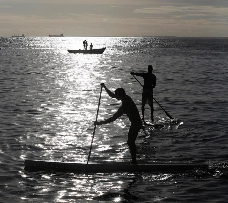 Os dias mais quentes favorecem a prática de esportes, como o stand up - Foto: Adilton Venegeroles l Ag. A TARDE