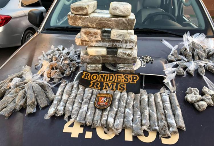 O homem e a droga foram encaminhados para a 22ª DT da cidade - Foto: Divulgação | SSP-BA