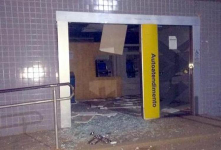 Agências tiveram as portas de vidros quebradas e ficaram parcialmente destruídas - Foto: Reprodução | Ubatã Notícias