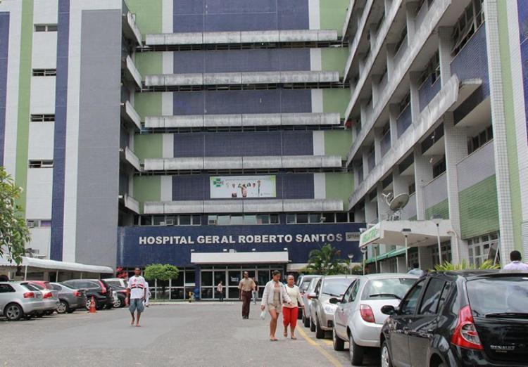 Os três irmãos estão internados no Hospital Roberto Santos e seguem em observação - Foto: Joá Souza | Ag. A Tarde | 08/10/2012