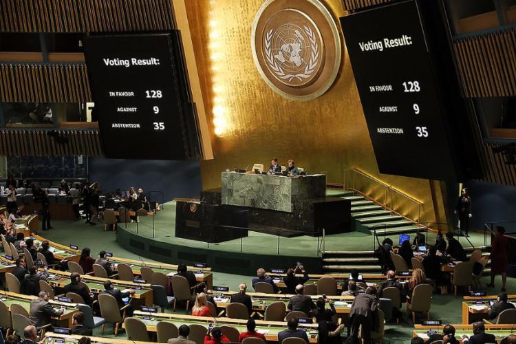 Em sessão da assembleia, 128 países votaram a favor do texto e 9 foram contrários - Foto: Spencer Platt l Getty Images l AFP