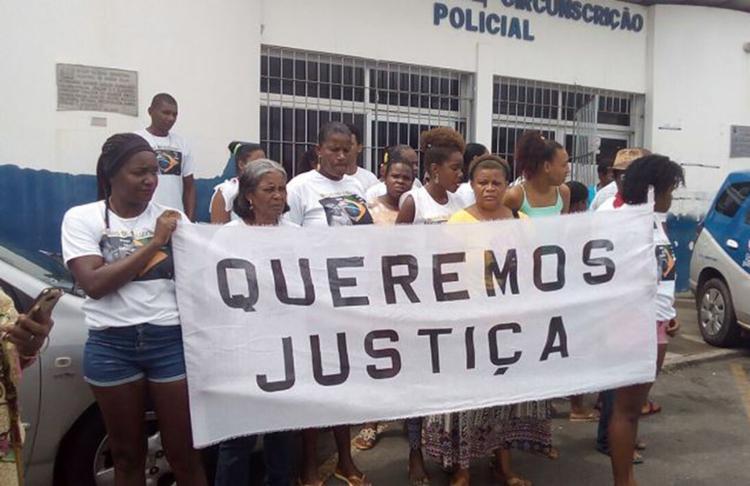 Parentes e amigos de quilombola morto foram à 22ª DT exigir que suspeitos presos paguem pelo crime - Foto: Débora Souza l Simões Filho Online