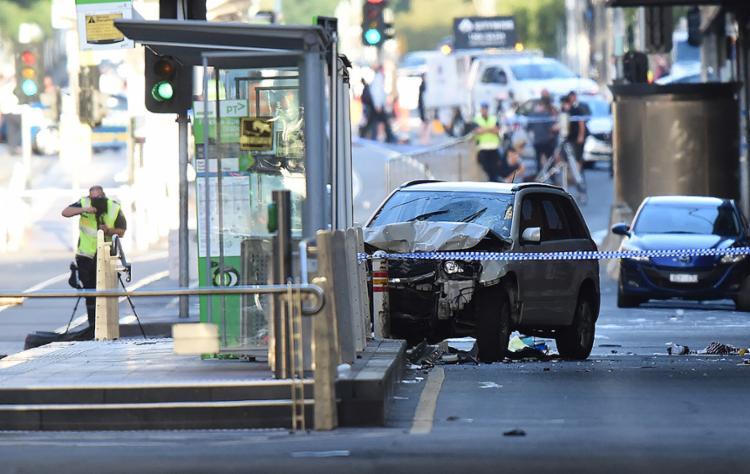 Carro em alta velocidade atingiu pedestres na esquina das ruas Flinders e Elizabeth - Foto: Mal Fairclough l AFP
