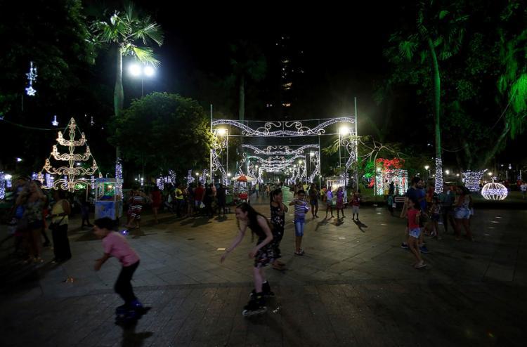 Campo Grande tem movimento grande de pessoas que vão ver a iluminação - Foto: Adilton Venegeroles l Ag. A TARDE