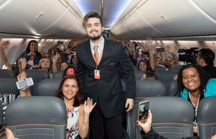 Cantor sorteou 50 fãs para assistirem a um pocket-show dele durante um voo - Foto: Divulgação