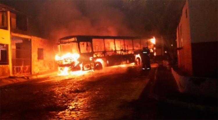 Criminosos esperaram o veículo chegar no final de linha para atear fogo - Foto: Reprodução | Acorda Cidade