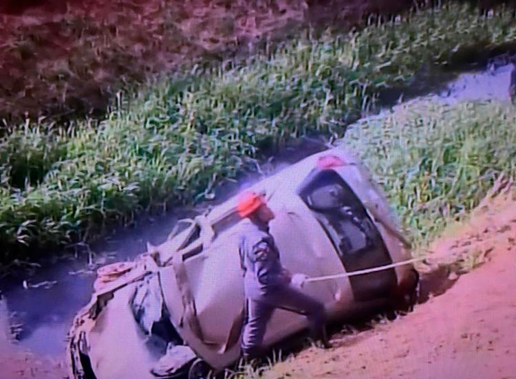 Um guicho realiza a remoção do carro da vala - Foto: Reprodução | TV Record