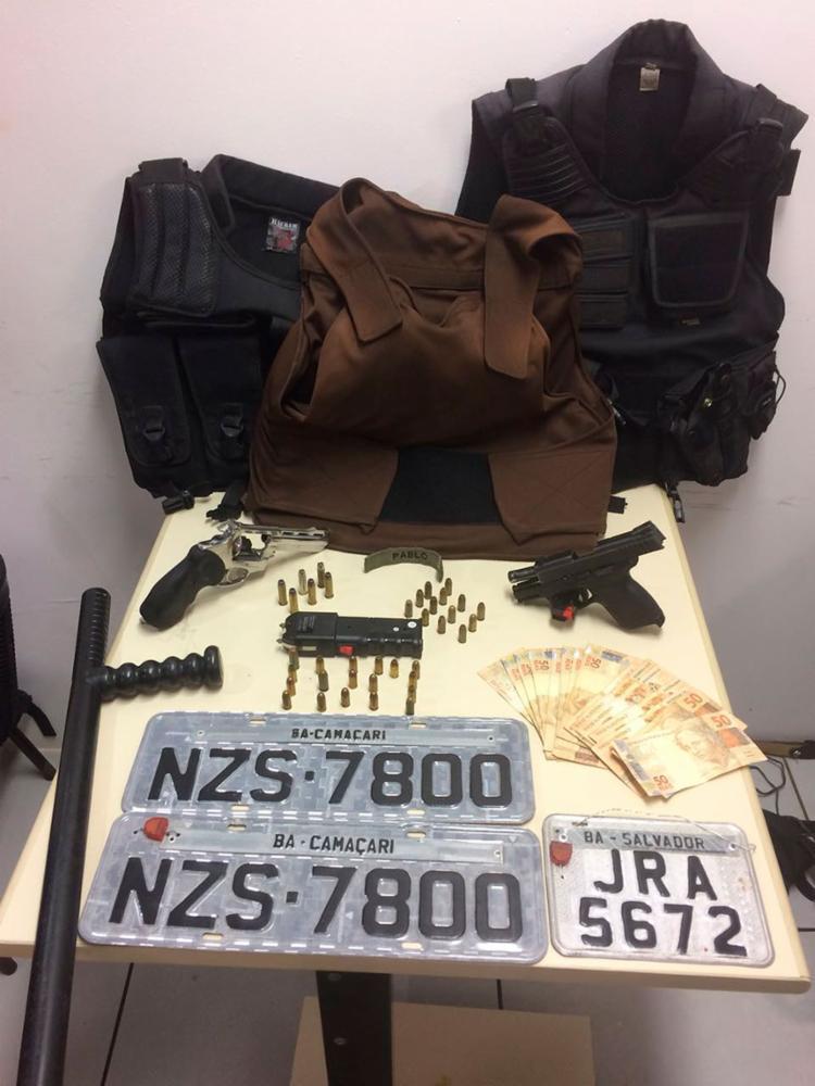 Pistolas, coletes balísticos e placas falsas de veículo estavam no carro dirigido por Pablo - Foto: Divulgação | PC-BA