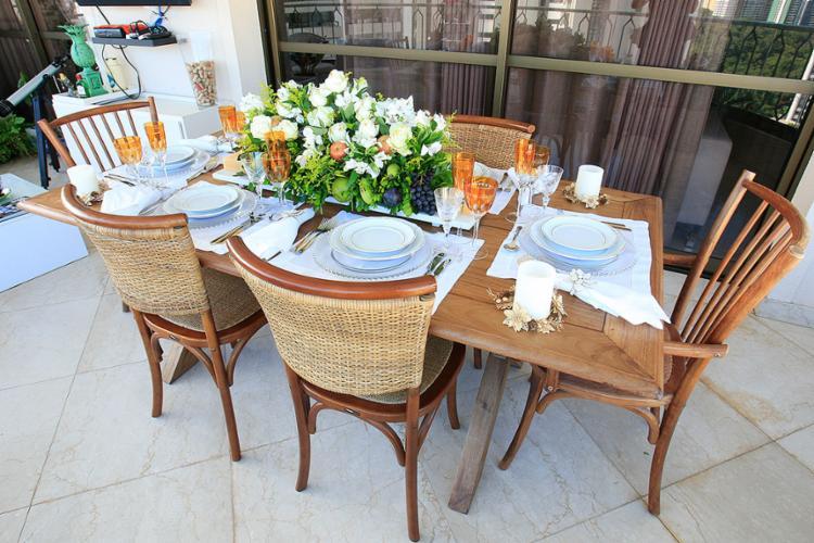 Luciene Belfort, da Belfort Gift, sugere louça branca acentuada pelo colorido das taças e das flores e frutas do arranjo de mesa - Foto: Mila Cordeiro l Ag. A TARDE