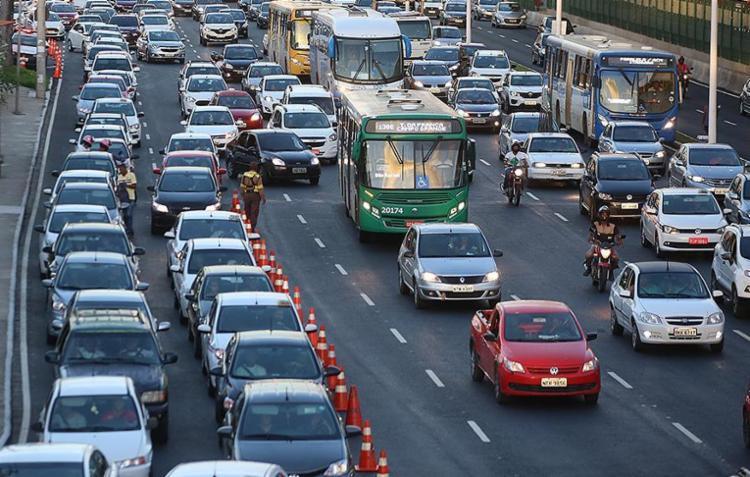 Fluxo intenso de veículos nas proximidades da Rodoviária causou retenção no tráfego na região do Iguatemi - Foto: Joá Souza l Ag. A TARDE