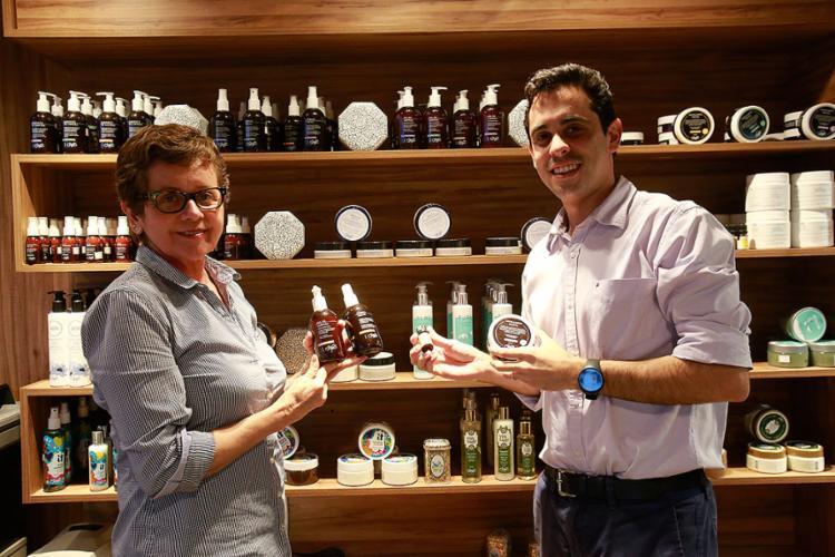 Edza e Bruno criaram a Singu Labs para fabricar cosméticos especiais - Foto: Margarida Neide l Ag. A TARDE