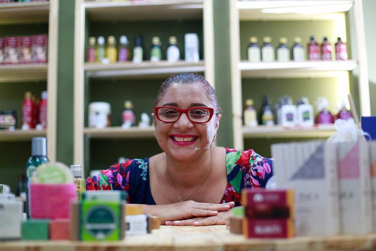 Na loja Capim Rosa Chá, Cleide trabalha com marcas veganas que possuem projetos na área social ou ambiental e têm certificações - Foto: Raul Spinassé l Ag. A TARDE