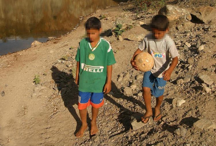 Foto de 2004 mostra crianças em área de extração do amianto no sudoese baiano - Foto: Xando Pereira l Ag. A TARDE l 1º.8.2004
