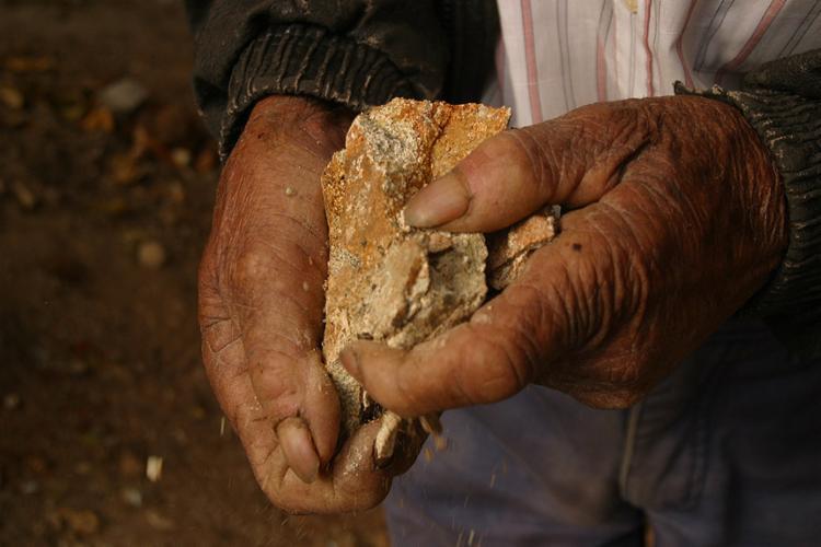 Trabalhador manipula amianto na Sama Mineradora, empresa que explorou a fibra durante 30 anos na Bahia - Foto: Xando Pereira l Ag. A TARDE l 1º.8.2004