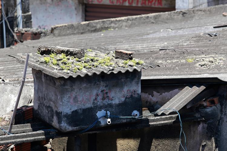 Deterioração de peças feitas de amianto põe em risco a saúde da população - Foto: Adilton Venegeroles l Ag. A TARDE
