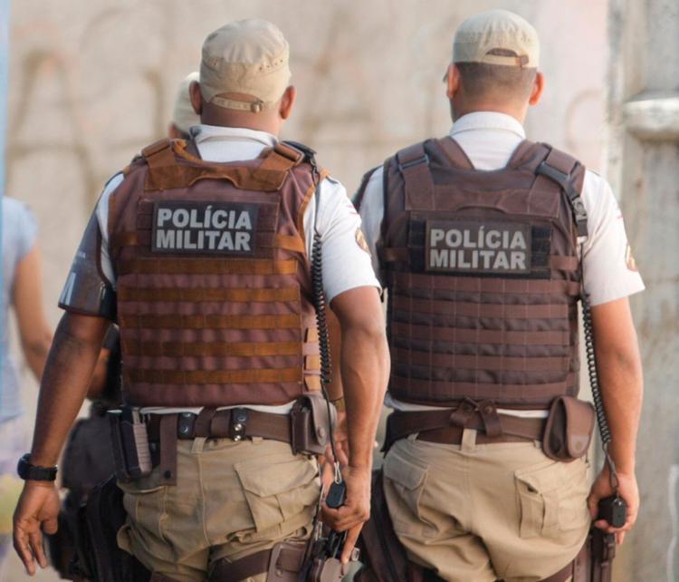 Antes de ser detido pela Polícia Militar, suspeito foi agredido pelo pai de uma adolescente - Foto: Raul Spinassé | Ag. A TARDE | 4.8.2017