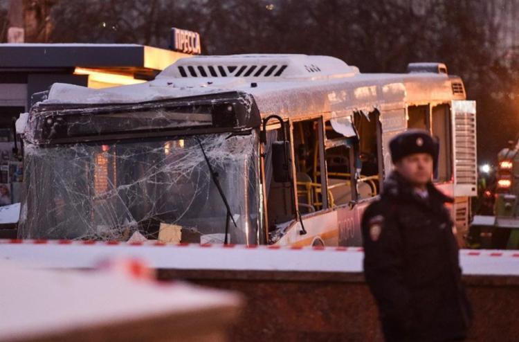 Ônibus estava em alta velocidade e bateu na entrada do metrô - Foto: AFP