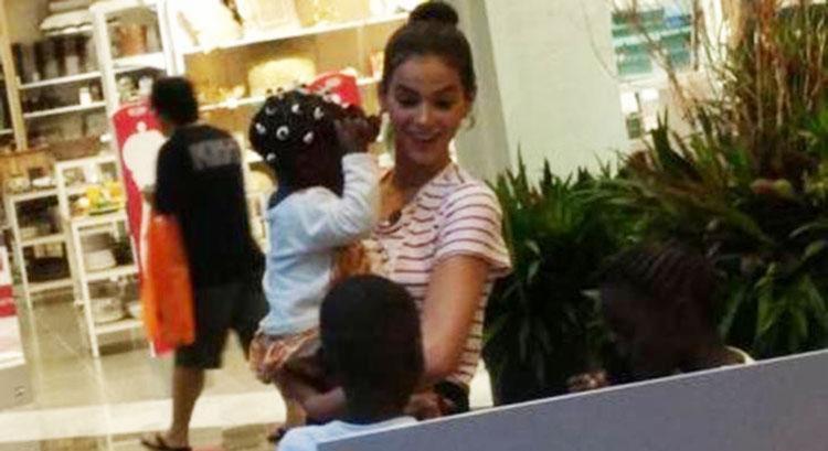 Bruna Marquezine no shopping com as crianças refugiadas - Foto: Reprodução | Instagram