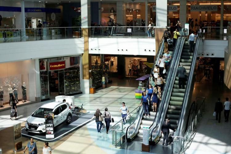 Nos principais shoppings da cidade as lojas não irão abrir no dia 1º - Foto: Raul Spinassé | Ag. A TARDE | 08.05.2017