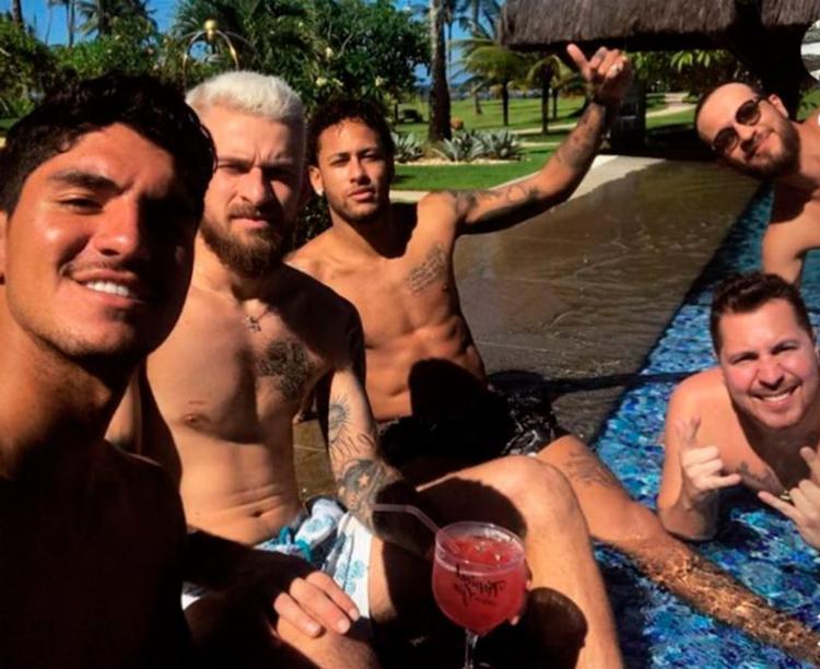 Jogador acompanhado de Gabriel Medina e outros amigos - Foto: Reprodução | Instagram