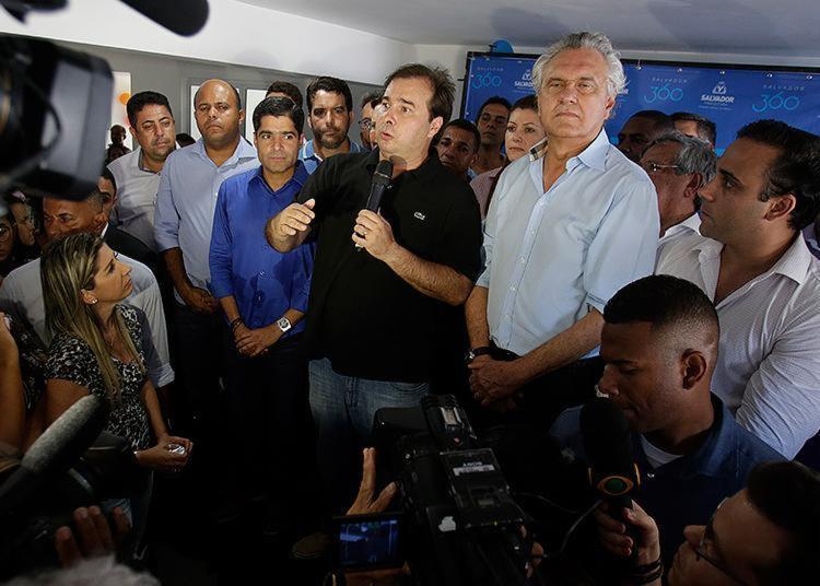 Rodrigo Maia (centro) com ACM Neto e Ronaldo Caiado - Foto: Raul Spinassé l Ag. A TARDE